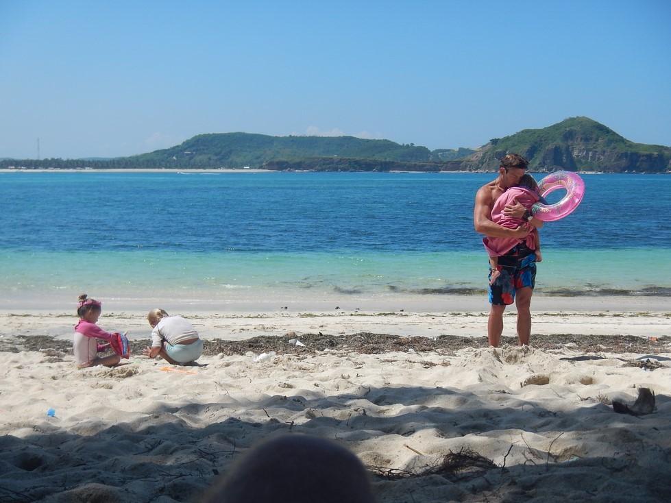 Dani réchauffe sa fille en sortant de l'eau