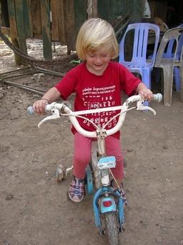 Laia y a dégoté un tricycle et moi je prends des photos !