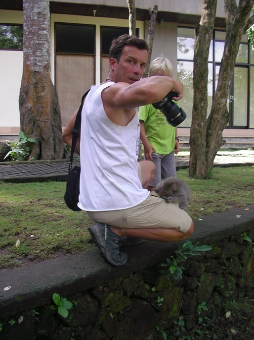 Un macaque veut dérober quelque chose dans la poche de Dani