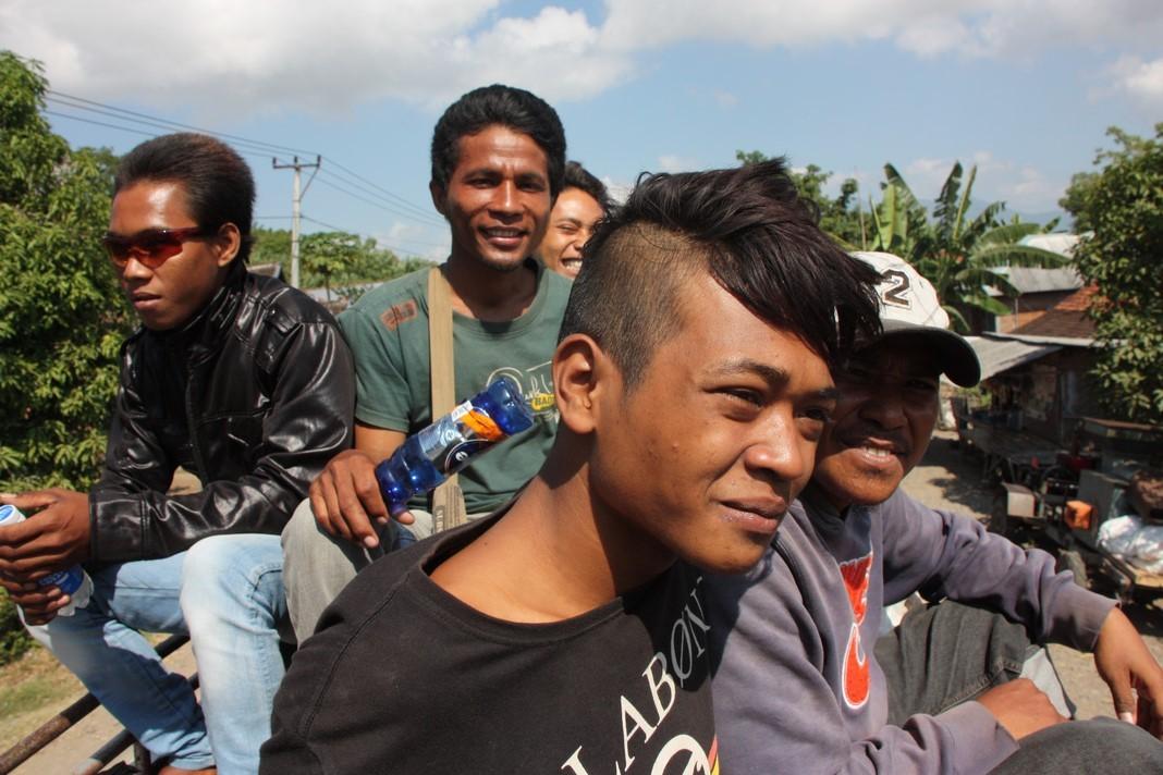 Indonésiens sur le toit du bus