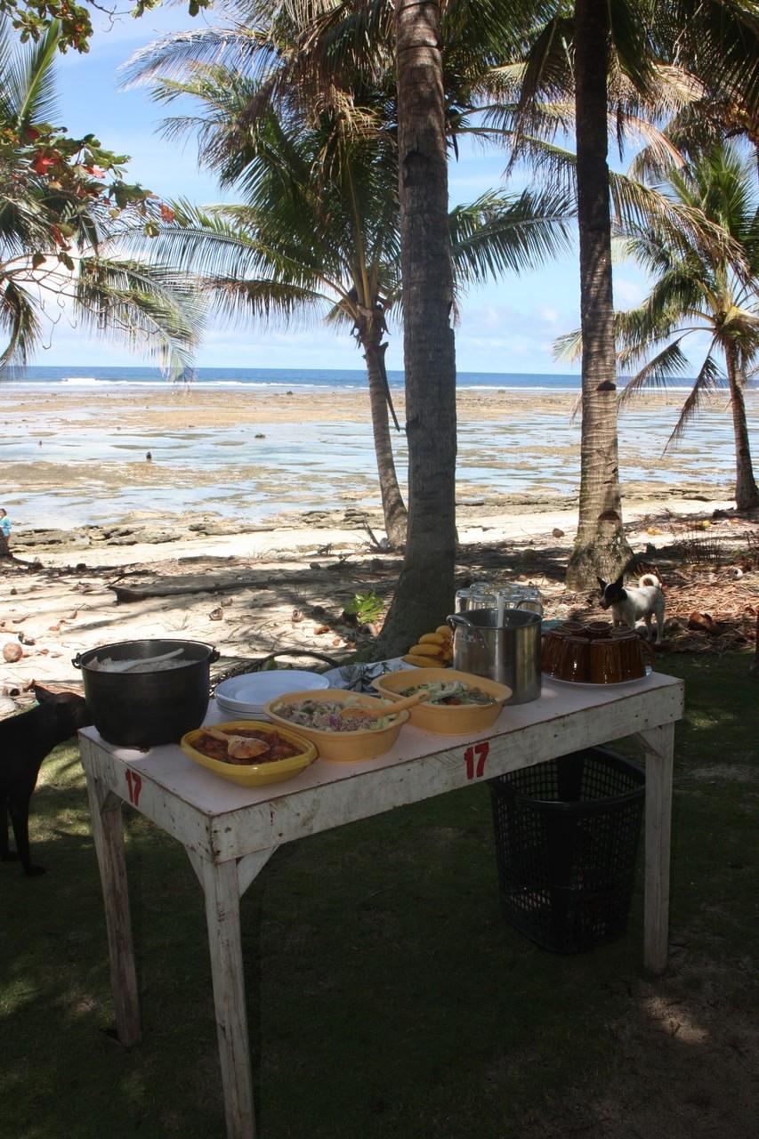 Repas sur la plage, préparé par des amis de Pierre