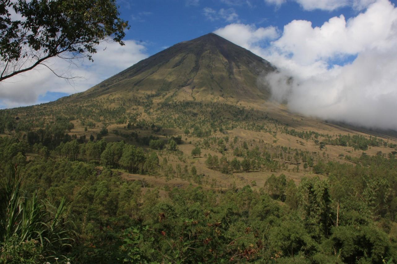 Bienvenue à Bajawa avec le Mont Inerie