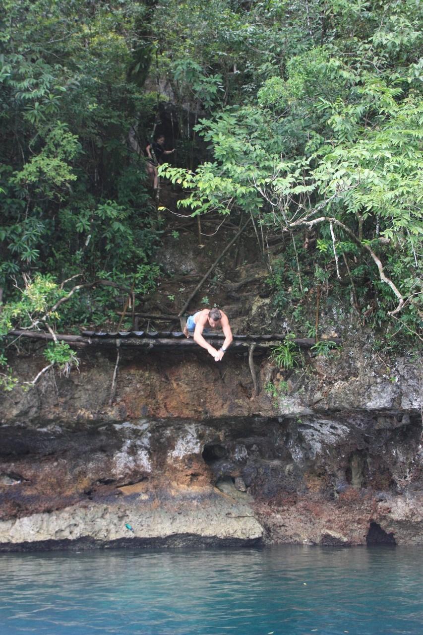 Après être entré par la grotte, Dani ressort en plongeant