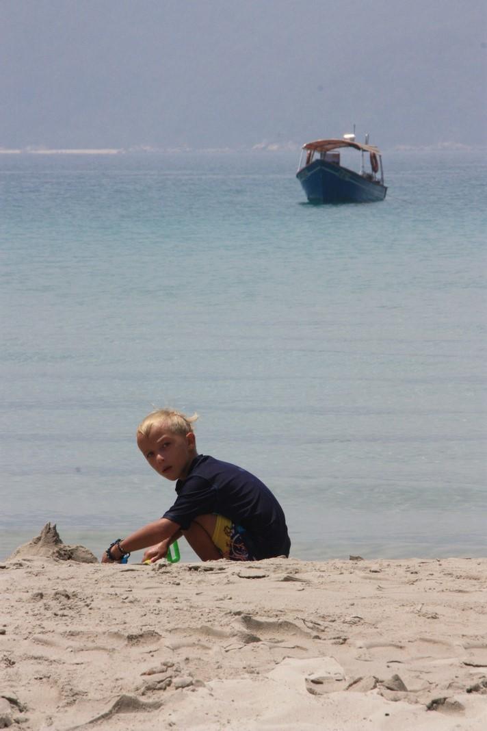 Mael à ses chateaux de sable
