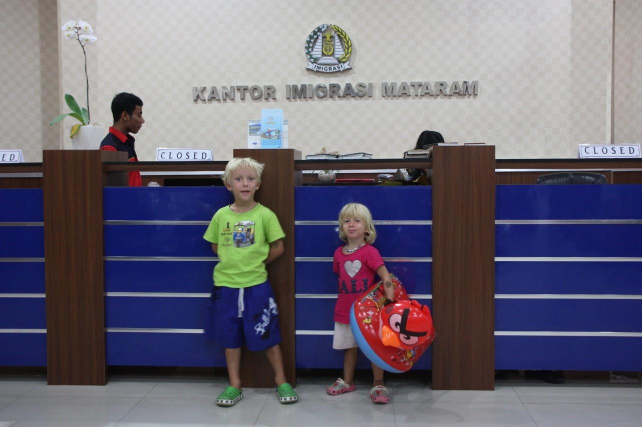 Le bureau d'immigration transformé en salle de jeux par Mael et Laia