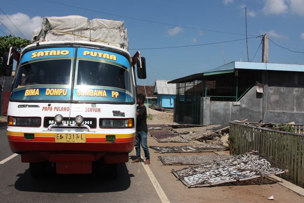 Notre bus arrêté à côté des poissons qui sèchent