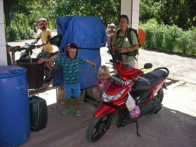 Plein d'essence à Riung pour sortie en moto ...