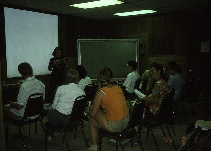 古病理学を講義中のジェーン・バイクストラ先生