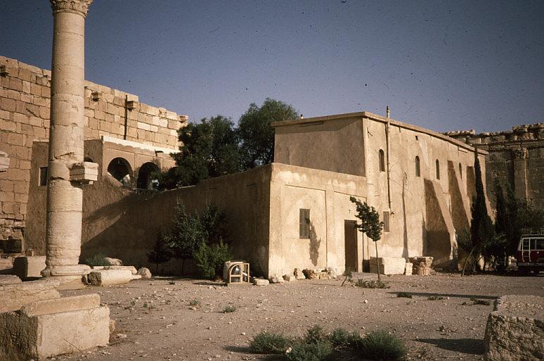 ベル神殿内部のゲストハウス近景