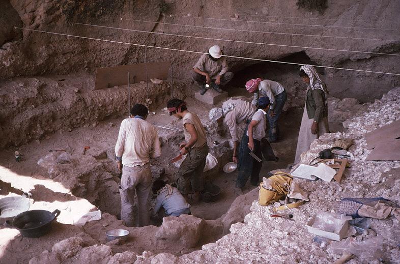 ドゥアラ洞窟発掘風景1
