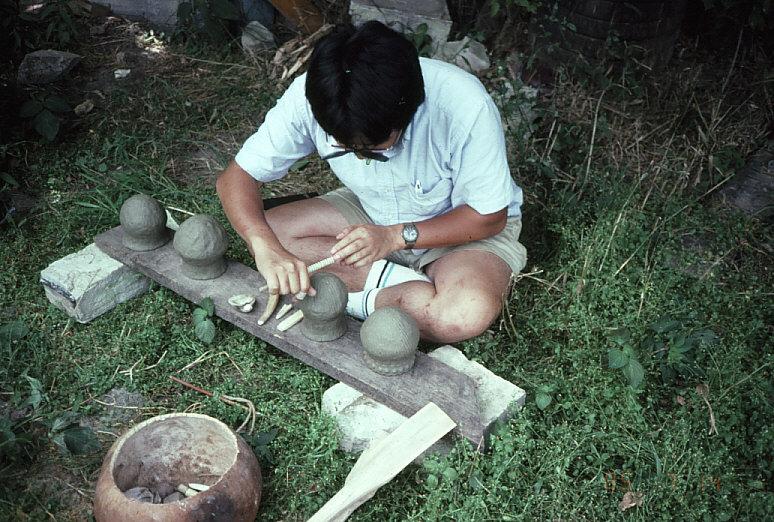土器を製作中の私