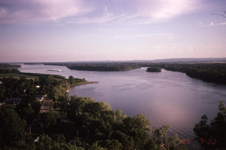 エリザベス・マウンドが面するイリノイ川