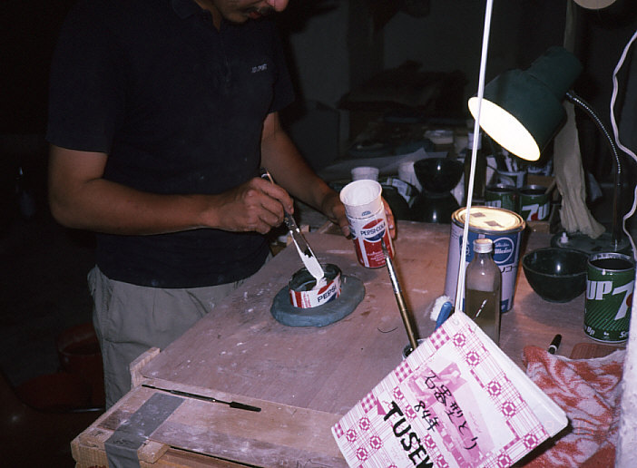人骨は出なかったので、石器のレプリカを作製する私