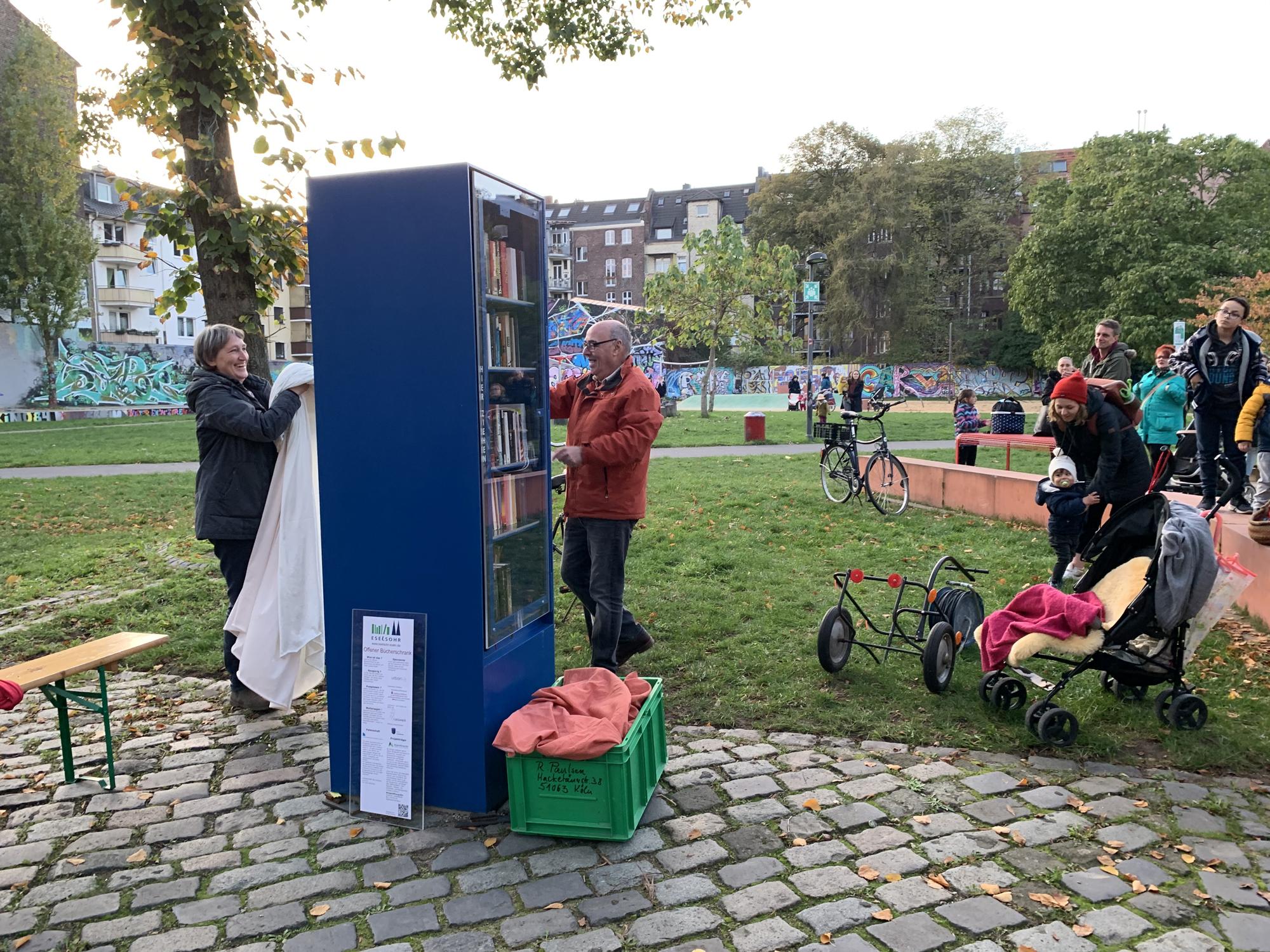 Abschluss des Kinderfestes bildete die Einweihung des Bücherschranks im Bürgerpark. Der nachbarschaft köln-mülheim-nord e. V. verteilte gut erhaltene Second-Hand Bücher an die Kinder.