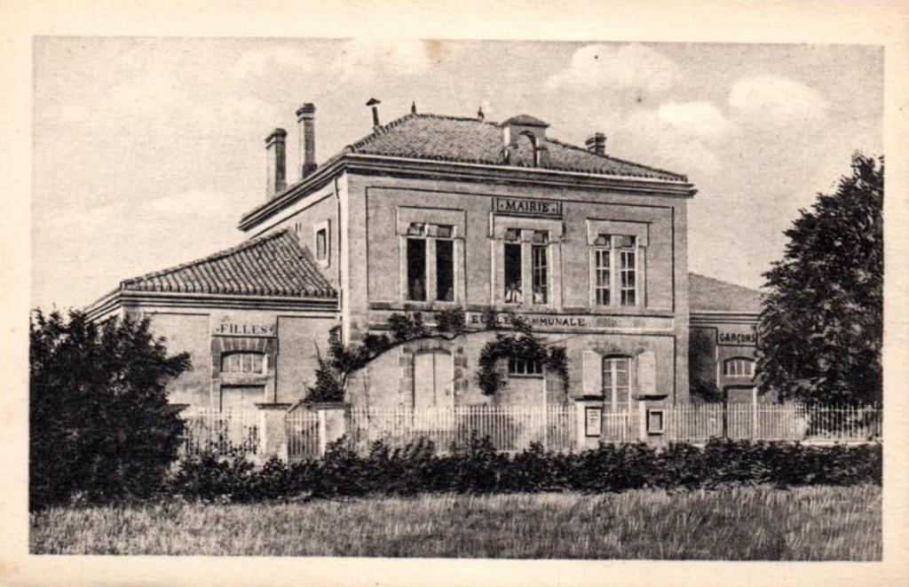 Carte postale 4030 - A.G.A - La Charente pittoresque - FOUQUEBRUNE La Mairie et les Ecoles (Source : Archives départementales)