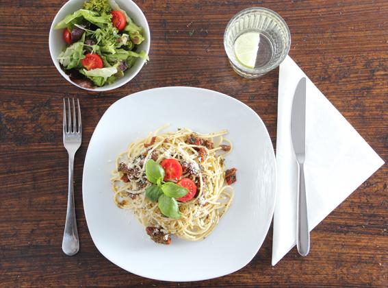 Spaghetti mit eingelegten Paradeisern und Salat