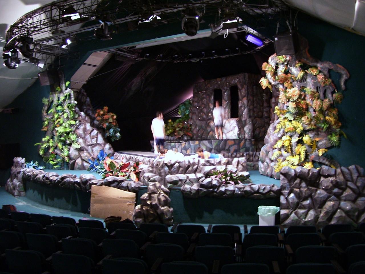 all'interno la scenografia dello spettacolo