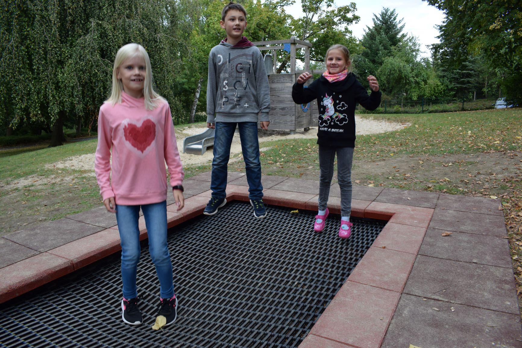 Lia, 3a, Theodore, 4. und Alina, 3b haben Spaß (v.l.)