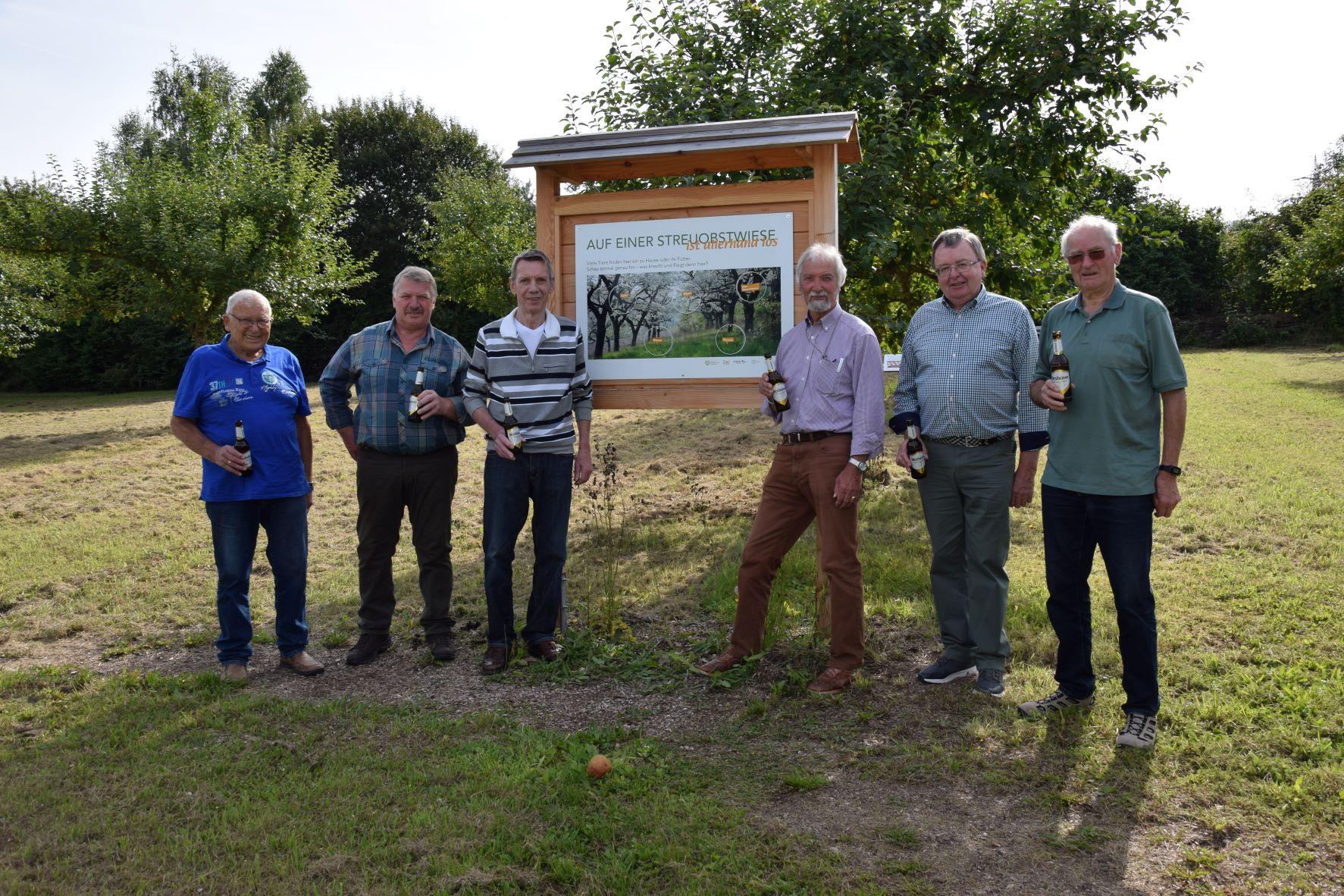 Starke Mannschaft: Die Wiese wird von Karl Kukuk, Ferdinand Paschen, Bruno Wiemers, Anton Huschen, Josef Dissen und Johannes Meier gepflegt und mit Leben erfüllt.