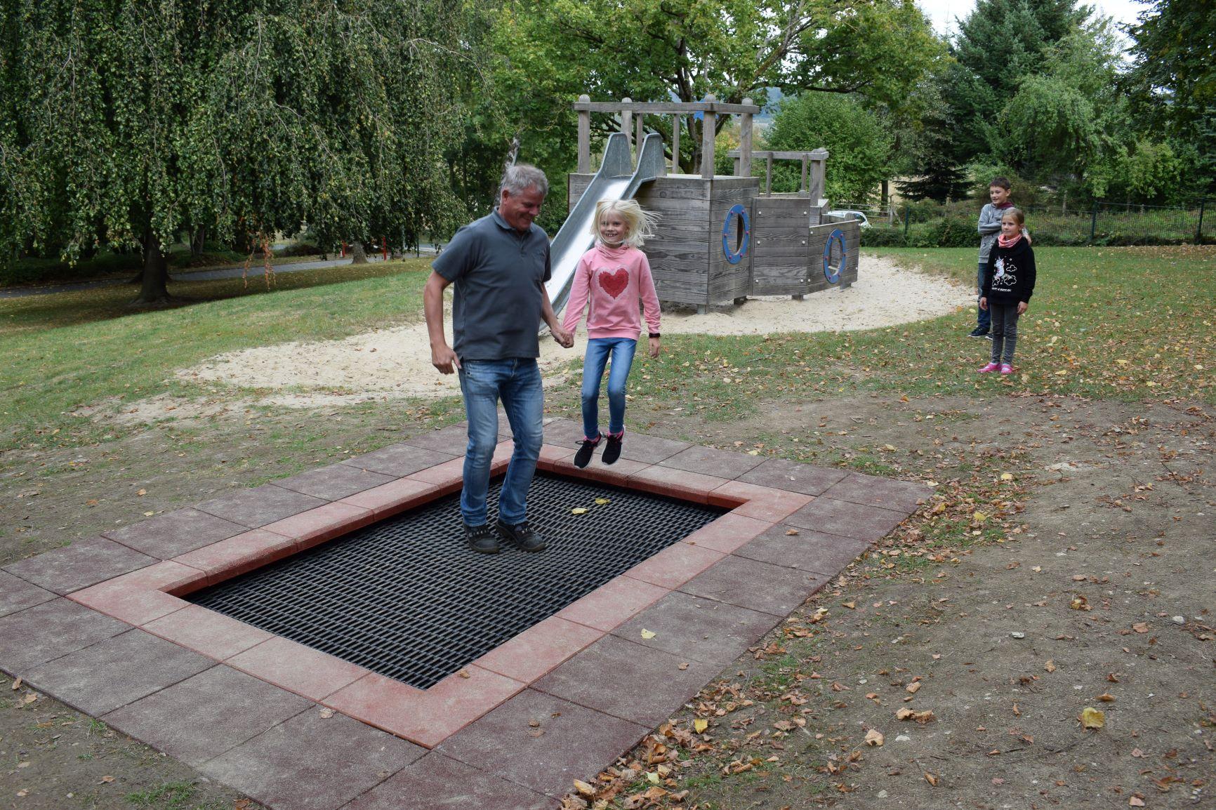 Hausmeister Lothar nimmt Trampolinunterricht bei Lia