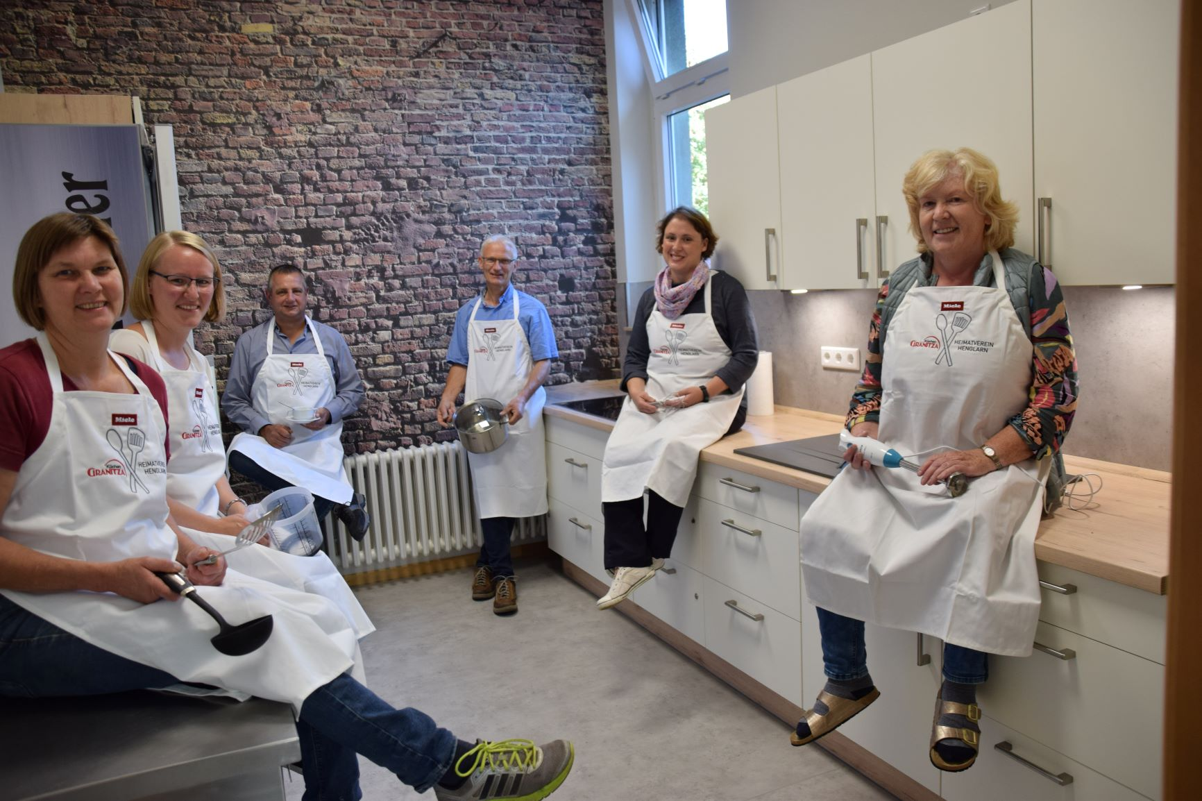 Katharina Agethen (Landfrauen), Tochter Charlotte Meier (KLJB /1. Vorsitzende), Wilhelm Agethten (Heimatverein / 1. Vorsitzender), Johannes Niggemeyer (Projektleiter), Cornelia Heinen (kfd) und Annelie Becker (kfd) freuen sich.