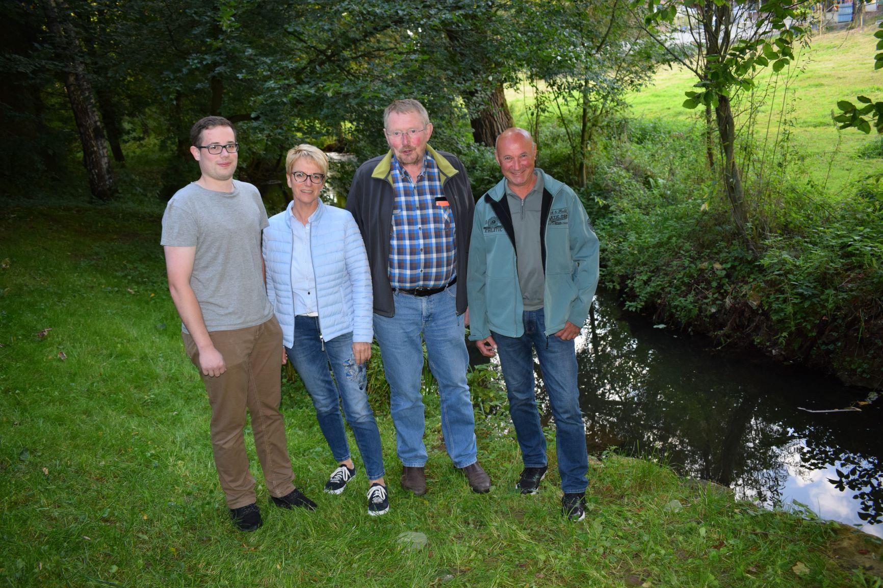 Daniel Weber, Ortsvorsteherin Hiltrud Kröger, Ludwig Kramer und Josef Kröger (v.l.) am Glasebach.