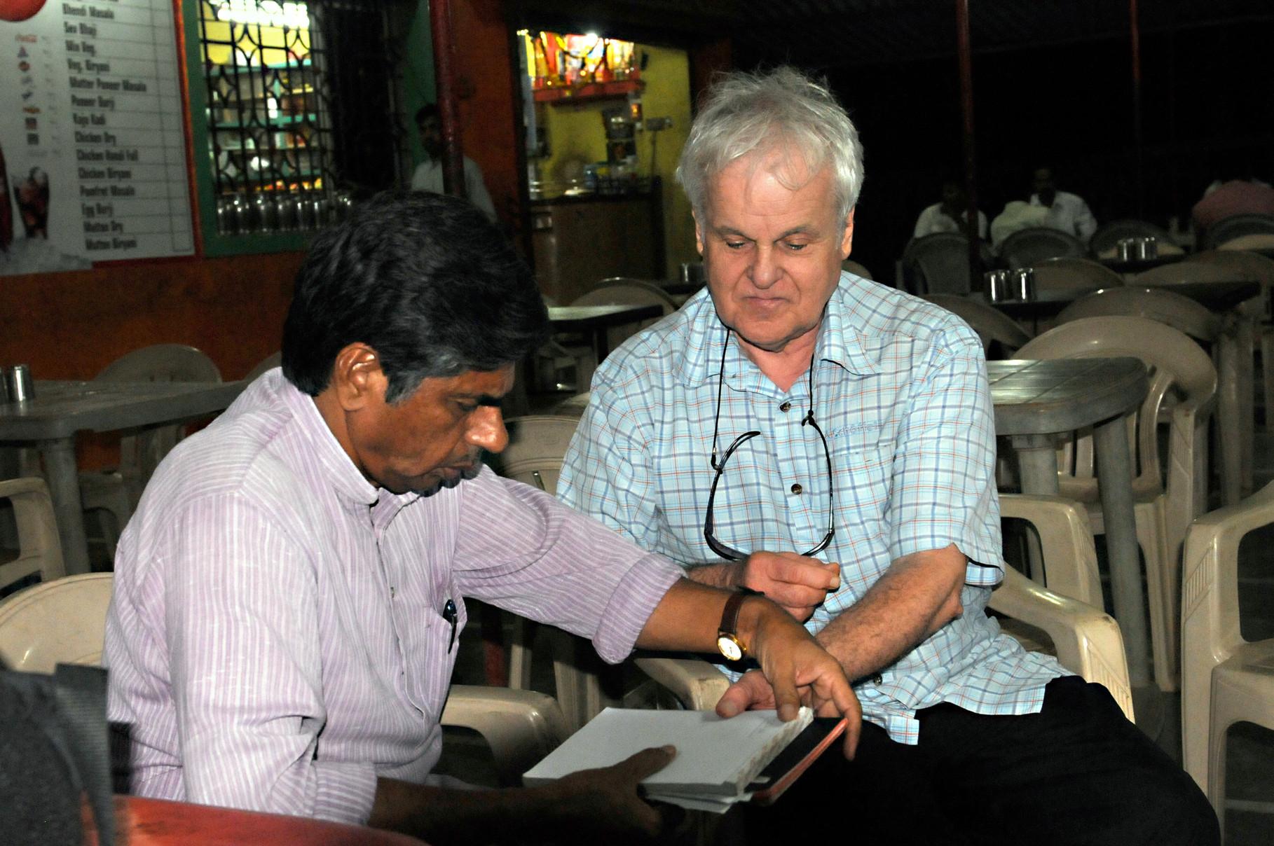 Mit P.V. Rajagopal, indischer Menschenrechtsführer, 2011 in Thane