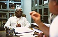Mit der Yoga-Legende BKS Iyengar in Pune/Indien 2002 (Foto Roland Schmid)