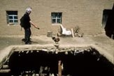 Tonaufnahmen auf einem Bauerngut in Tibet (Foto Roland Schmid)