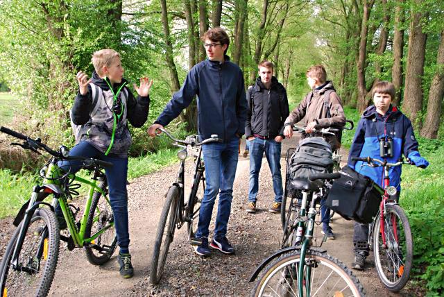 NAJU_2019-05-03_Lebendige Feldflur_Intensive Diskussion bei den NAJU-Teens; BeateButsch_DSC_0375_ws_k.jpg