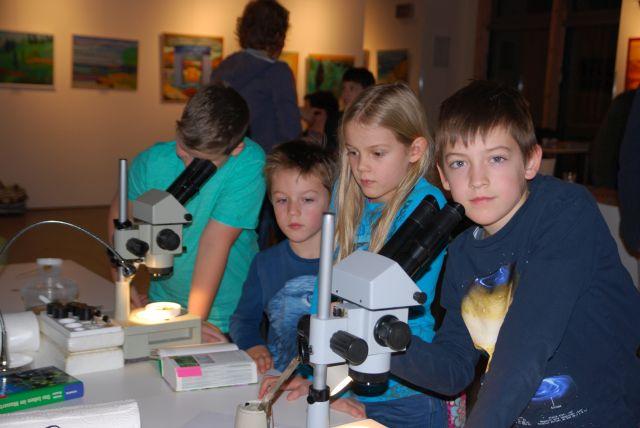 NAJU_2018-11-23_Abschluss MOORiZ_Nur mit dem Mikroskop sind die Amöben und Pantoffeltierchen zu sehen_BButsch_DSC_0396_ws.jpg