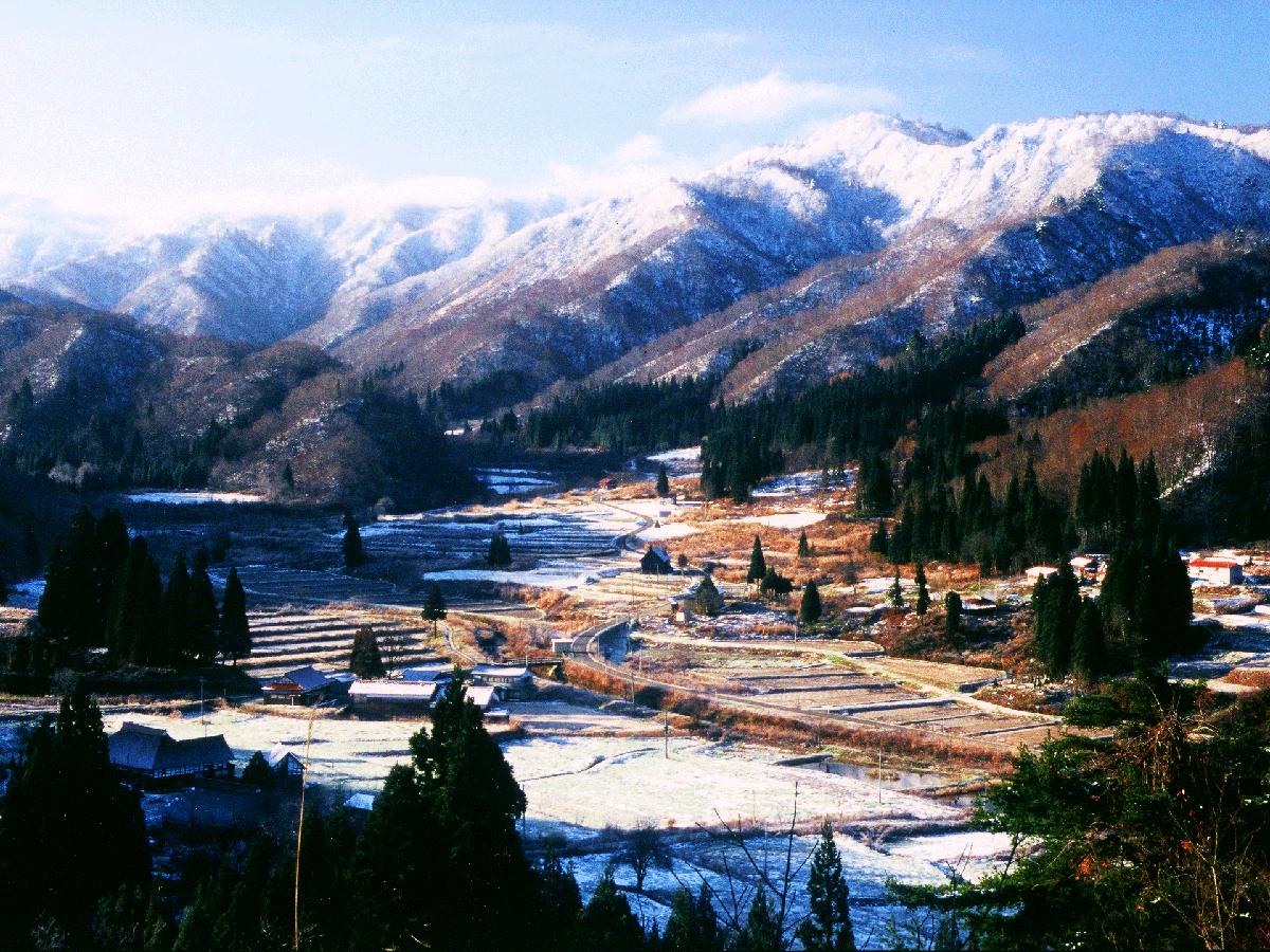 12月 平成16年フォトコンテスト受賞作【初雪の山里】(小屋部落)