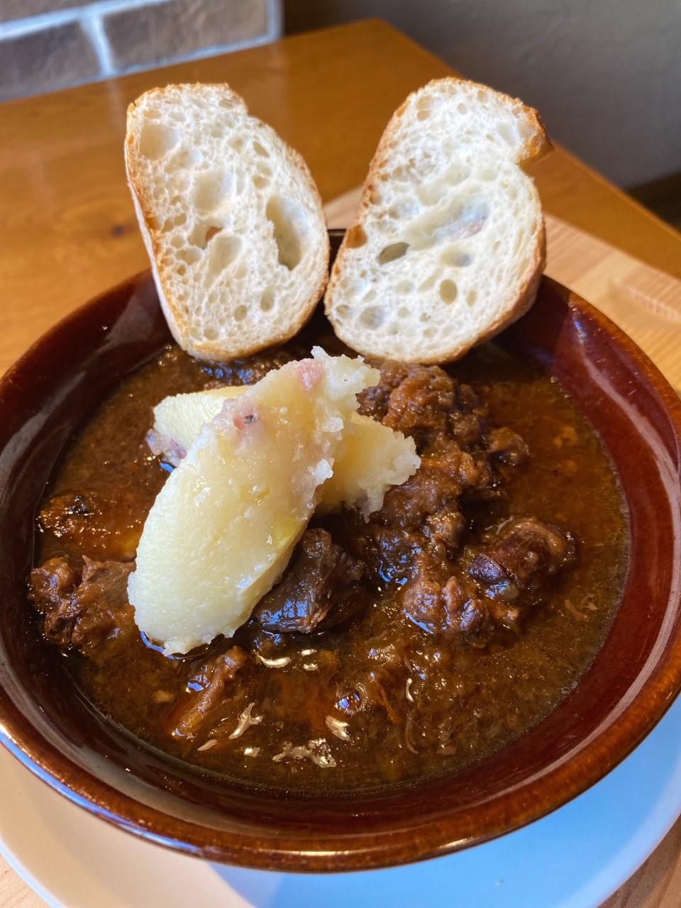 チョンチャ (お肉の3倍赤玉ねぎを使った牛テイルと牛ほほ肉の煮込み)