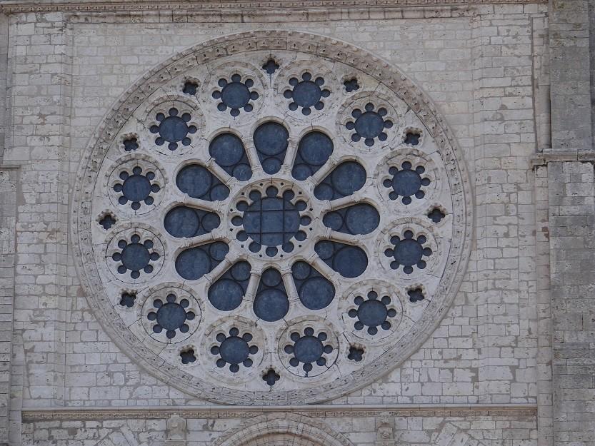 正面入り口の上方(バラ窓の外側)