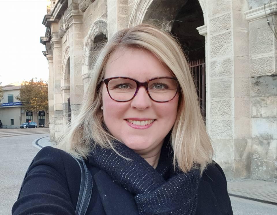 Céline Braun Debourges devant France Bleu Gard Lozère et les arènes de Nîmes