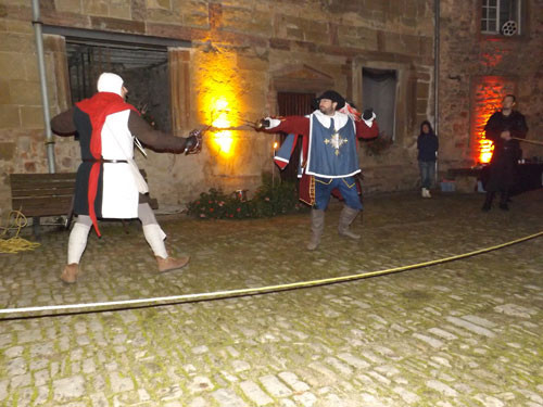 un sergent d'armes du XIV contre un mousquetaire du XVII