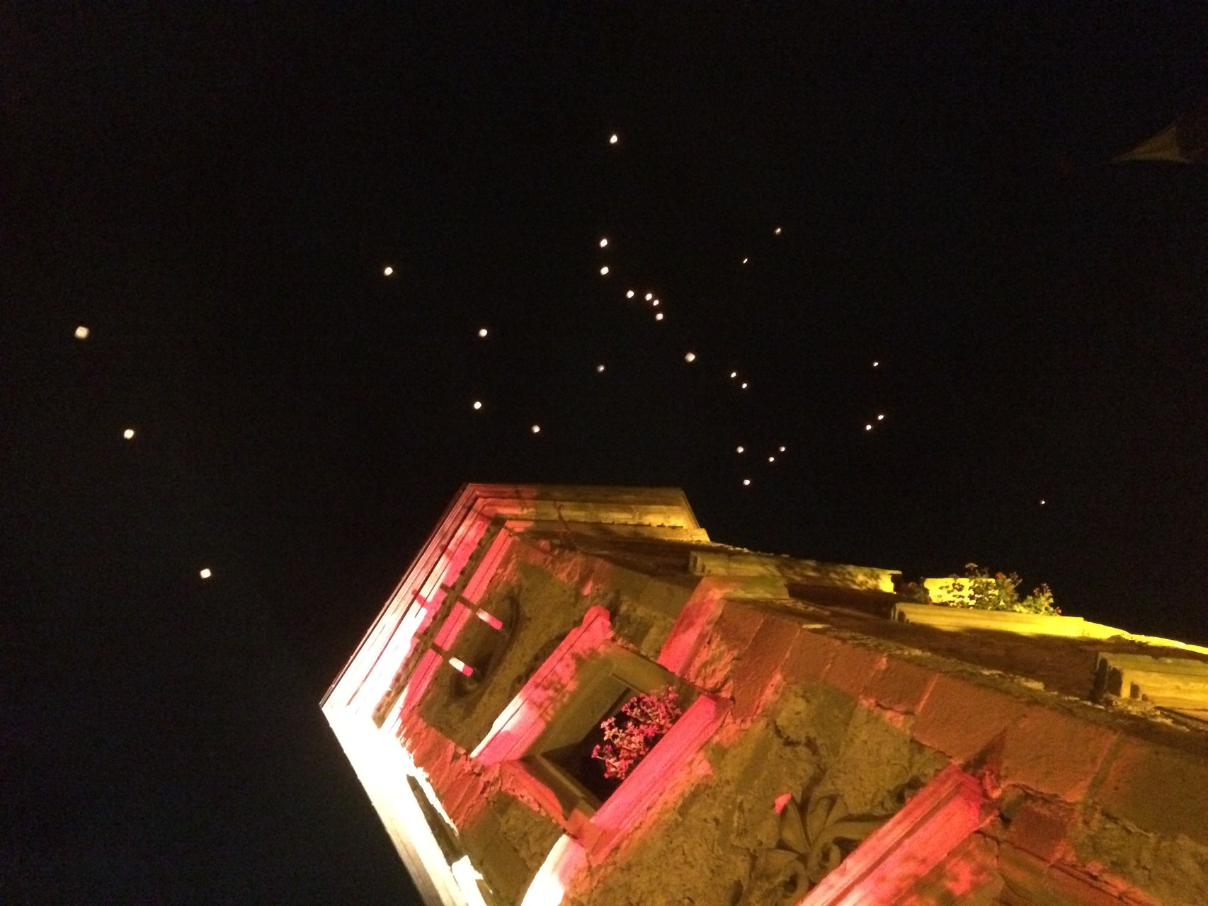 Les lanternes s'envolent dans la nuit au dessus du château Saint-sixte de Freistroff