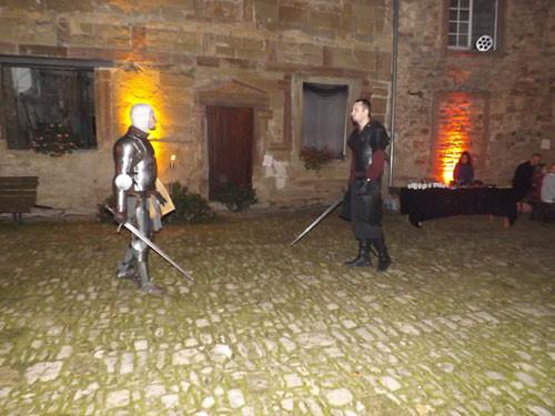 duel en armure dans la cour du château sainte sixte