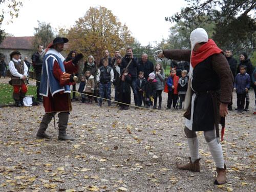 Duel intemporel sur l'esplanade d'entrée du château de freistroff