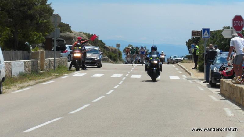 Unterwegs ist die Strasse kurzzeitig wegen dem Velorennen Tour du Corse gesperrt