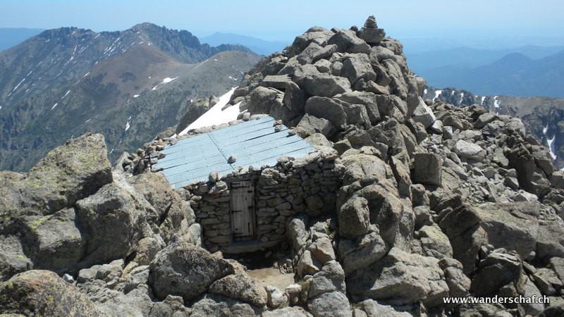 die Schutzhütte etwas unterhalb vom Gipfel
