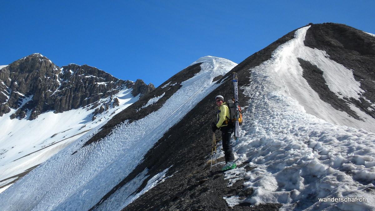 wegen Schneemangel werden die Skier gebuckelt