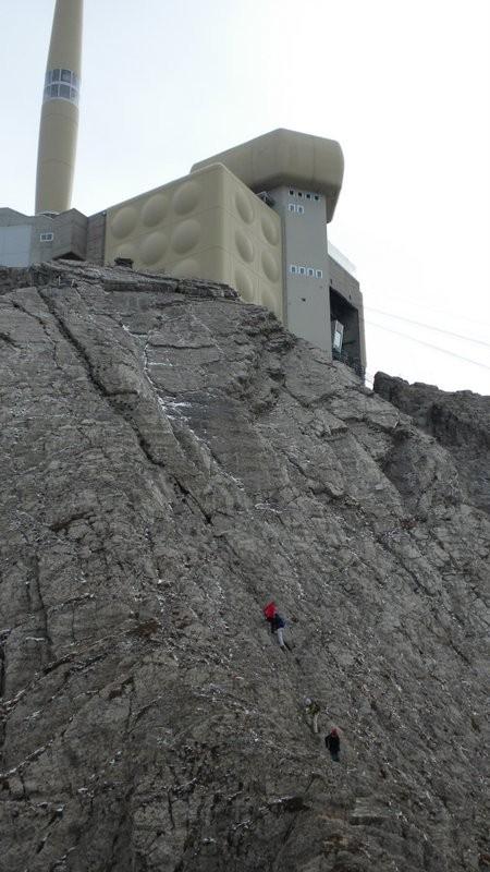 """steil geht's über die """"Klettersteigtreppe"""" hinauf zur Station"""