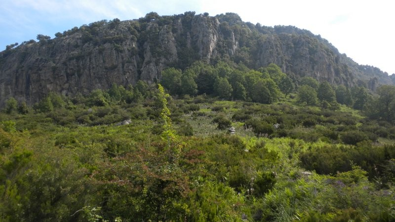 Monte Sant'Angelu; der markierte Pfad führt links um die Felsen und von der Nordost Seite her zum Gipfel