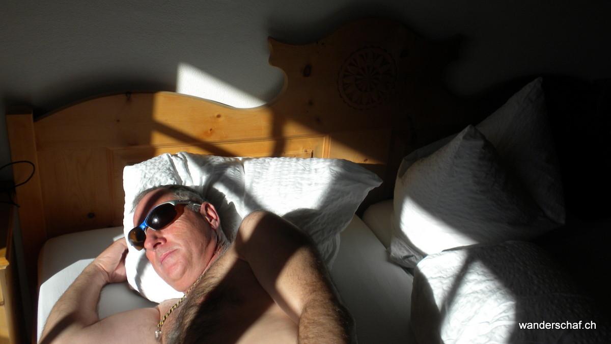Sünnele ufem Bett! Wenn's auf dem Balkon zu kühl ist