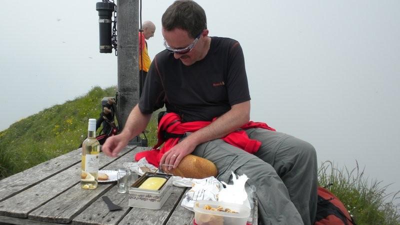 der Raclette-Koch am Werk.....mhhhhhhh, das schmöckt fein ;o)