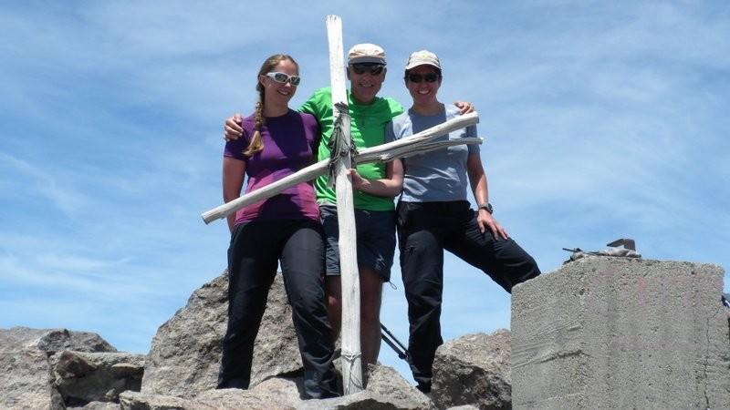 ein dürftiges Kreuz schmückt den höchsten Berg Korsikas