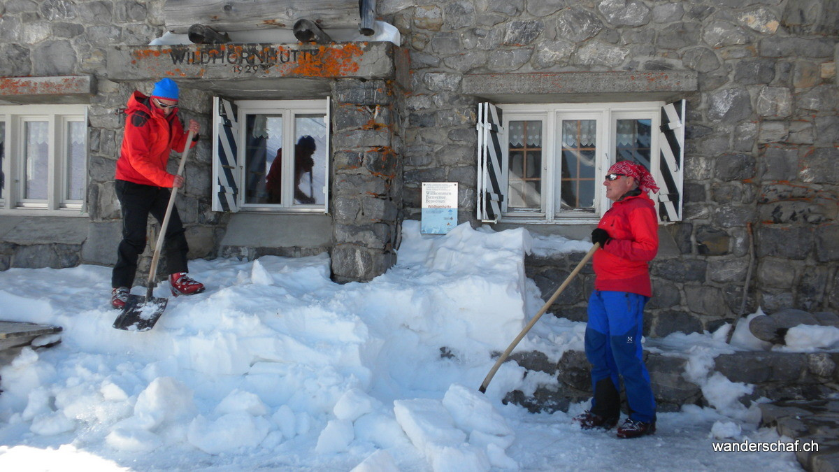 wir machen uns nützlich beim Schneeschaufeln