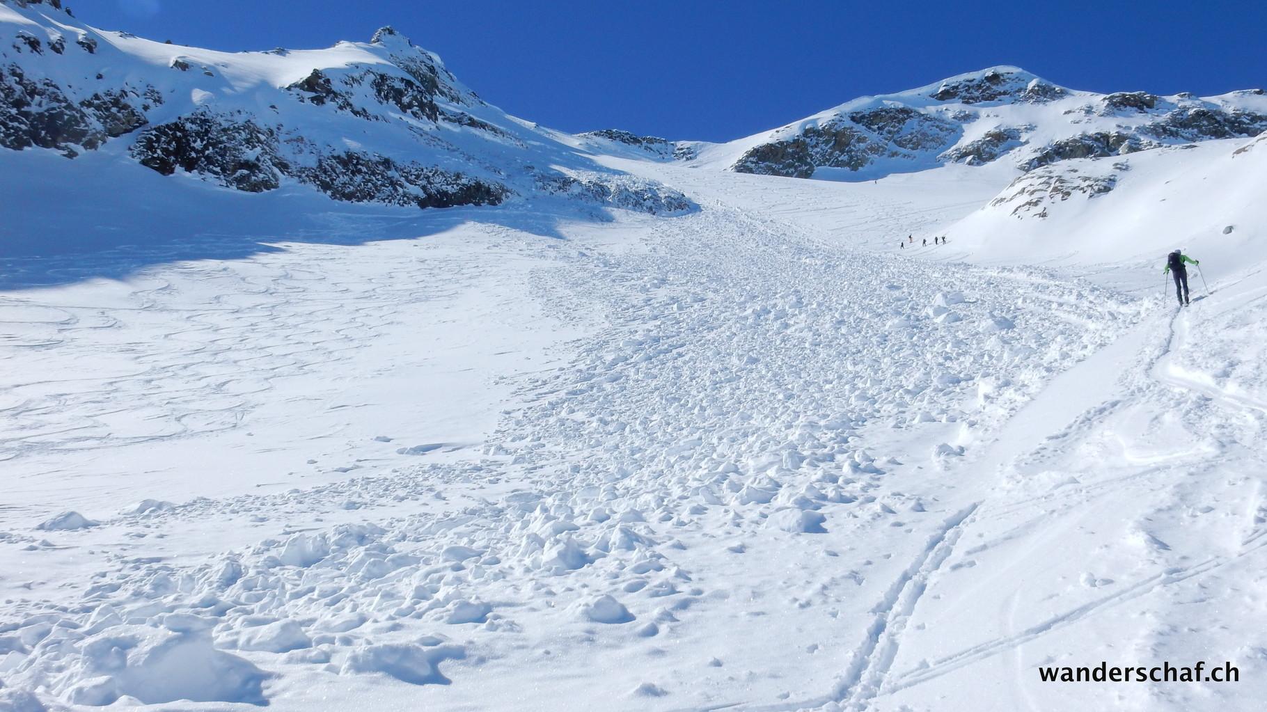 im Gipfelhang bestaunen wir das riesige Schneebrett, welches sich offensichtlich vor ein paar Tagen gelöst haben muss