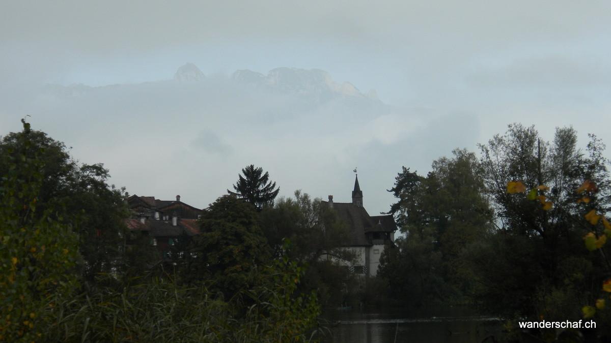 das Städtchen Werdenberg; im Hintergrund die Konturen vom Alpstein
